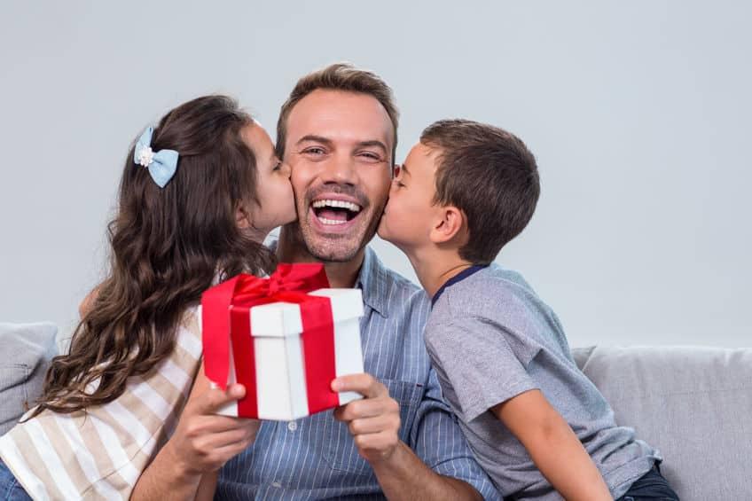 Un père et ses deux enfants