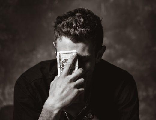 Un homme avec des billets